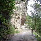 Abfahrt unter Felsen