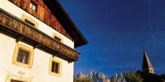 Die schroffen Seitentälern Südtirols sind Heimat malerischer Bergdörfer und zahlreicher abgelegener Bergbauernhöfe - ©Südtirol Marketing/Helmuth Rier
