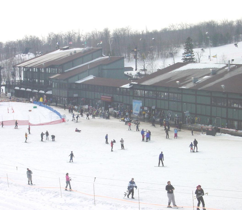 A view of a lodge and skiers at Spirit Mountain, Minnesota