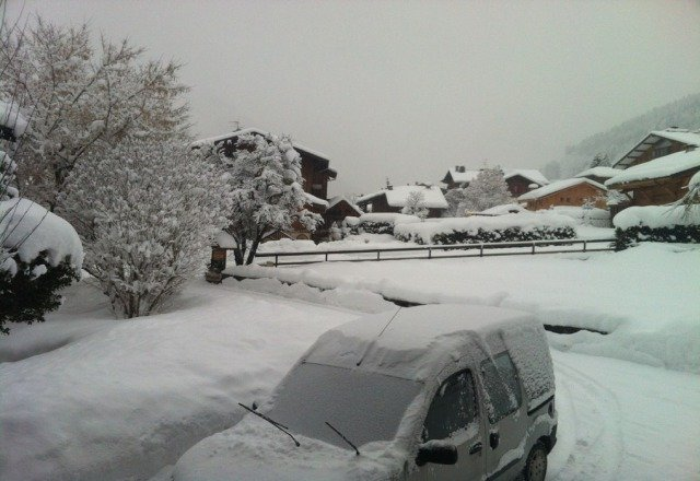 a whole night of snow, again + 5/10cm, still snowing..