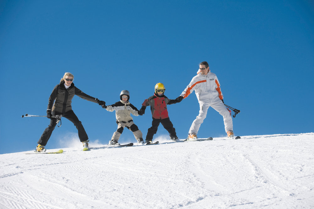 A family skiing at Tauplitz.