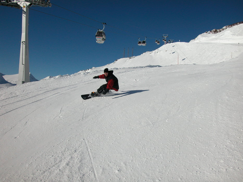 A skier carving at Mölltaler, AUT.