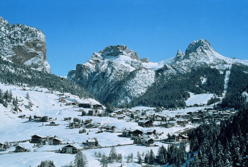 Selva Val Gardena scattered houses surrounded by mountains