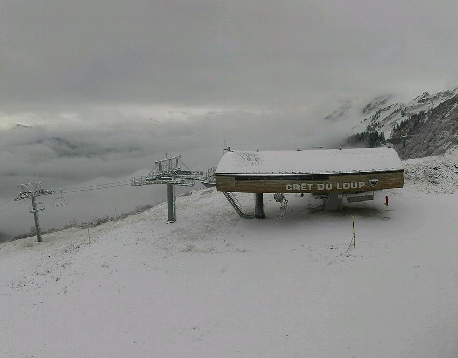 Wake up with snow at La Clusaz (October 16, 2015)