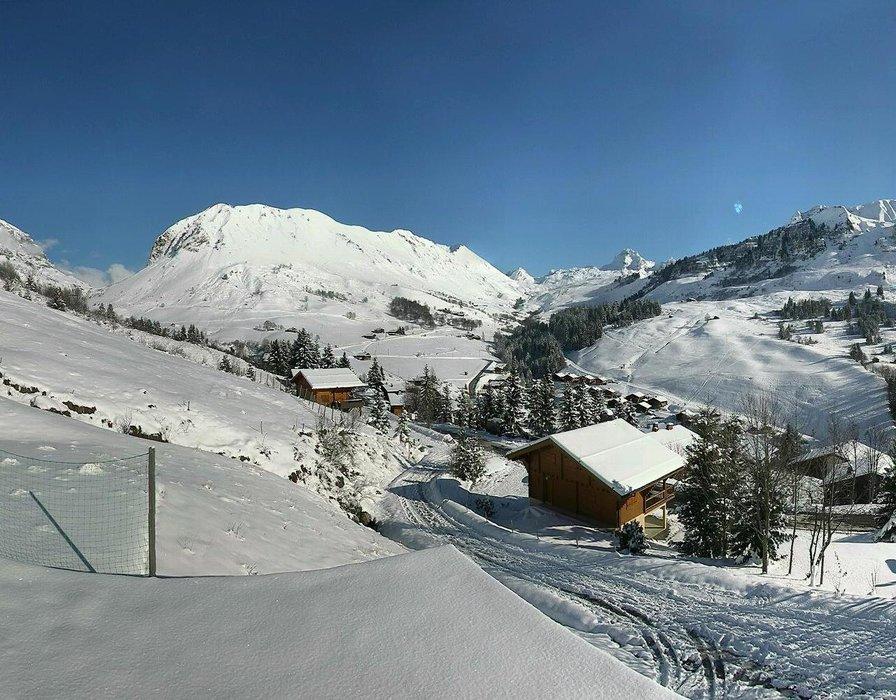 Le Grand Bornand ce midi entre neige et soleil