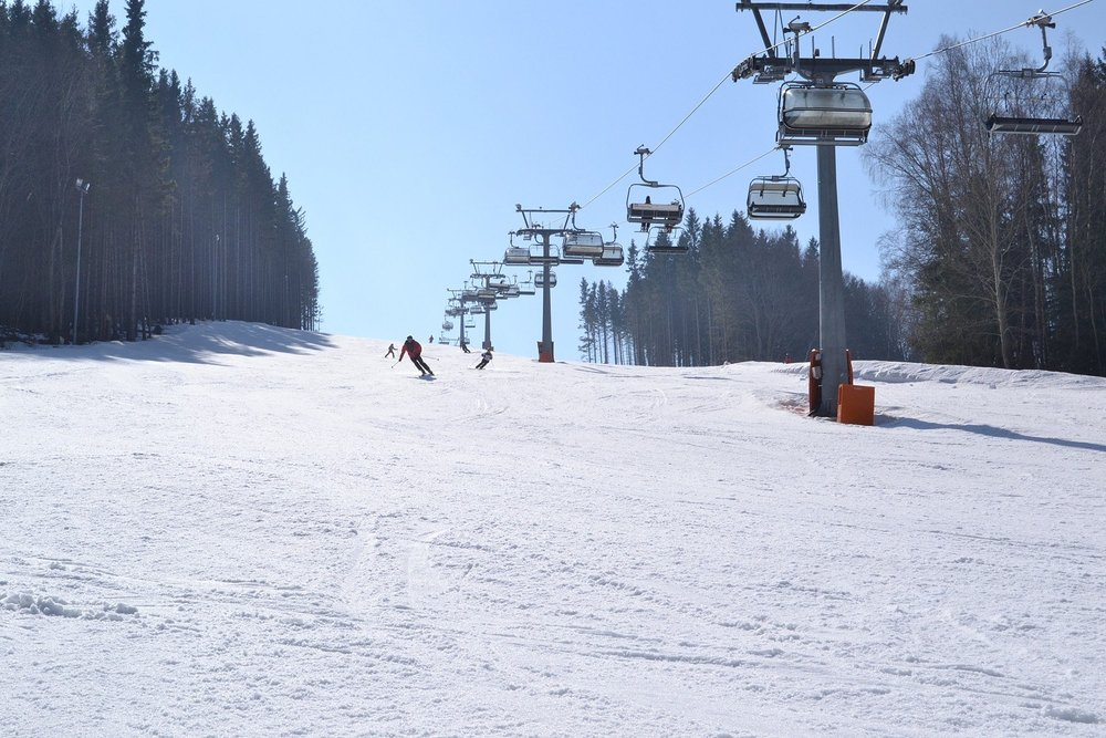 Slnečné zjazdovky v Ski Aréne Karlov - ©Ski Aréna Karlov