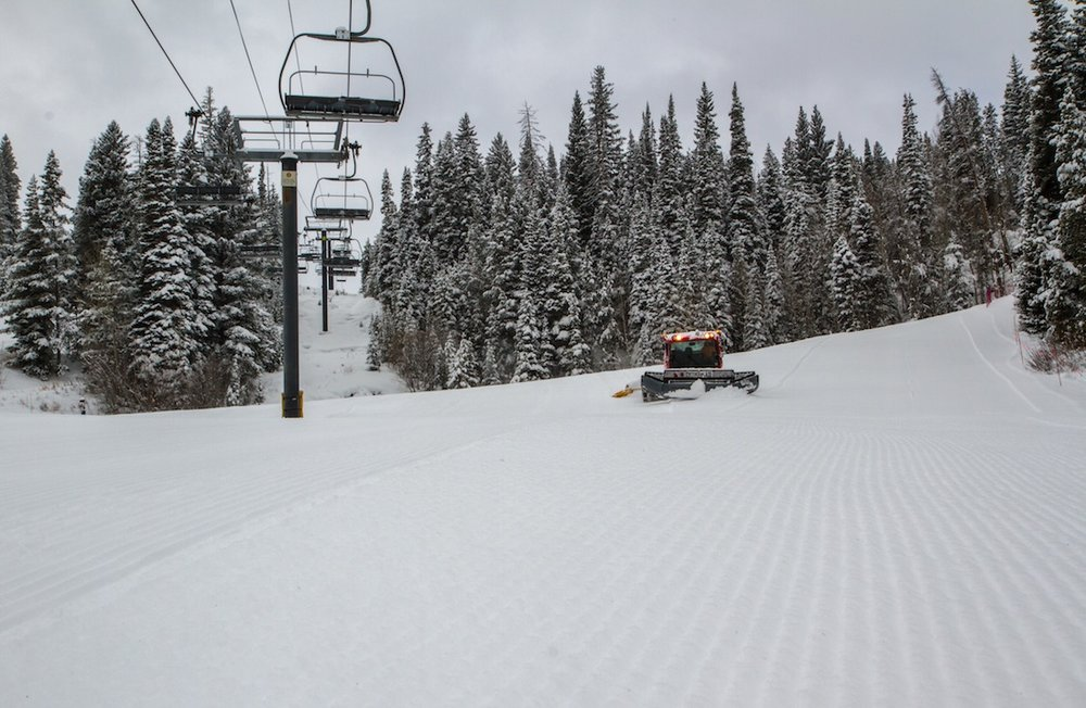 Winter Park tailoring the corduroy for first tracks. - ©Car Frey