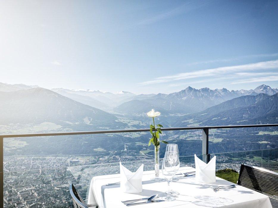 Vom Restaurant Seegrube aus sieht man Innsbruck und die dahinterliegenden Berge - ©www.guentheregger.at