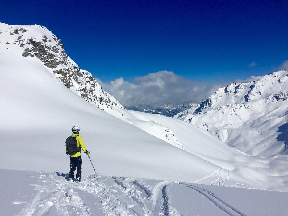 Urørt snø og magisk utsikt. Kim Evanger nyter. - ©Andreas L. Ulvær