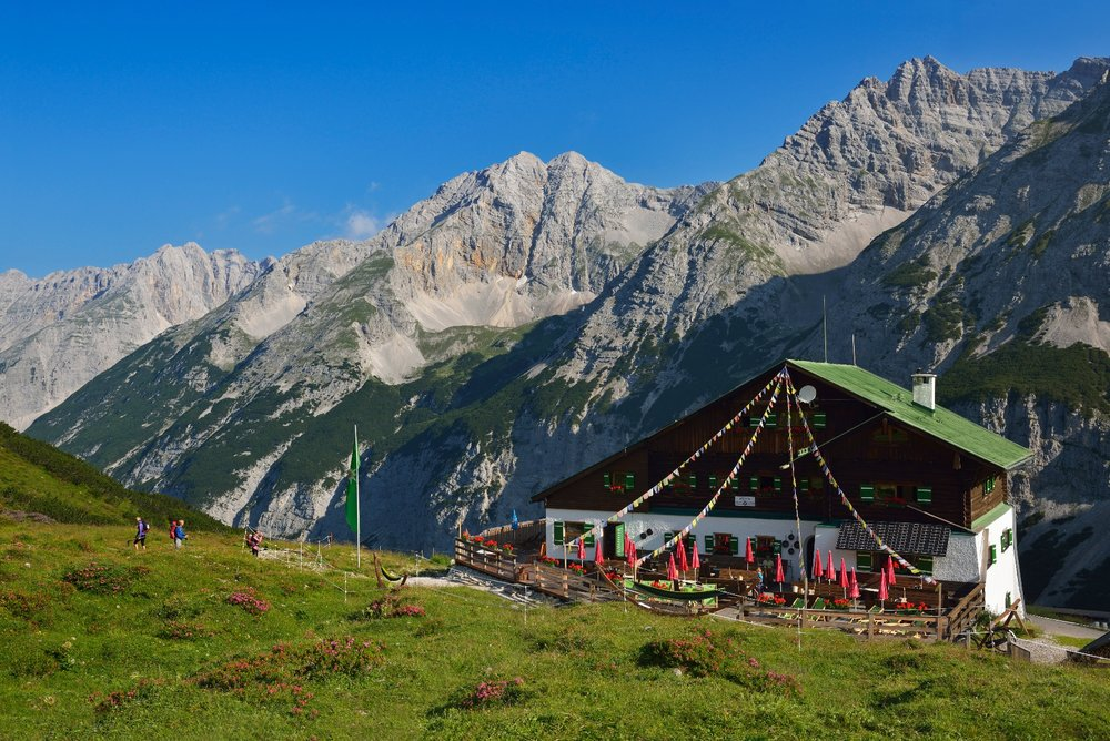 Die Pfeishütte inmitten eines grünen Bergpanoramas - ©Norbert Eisele-Hein