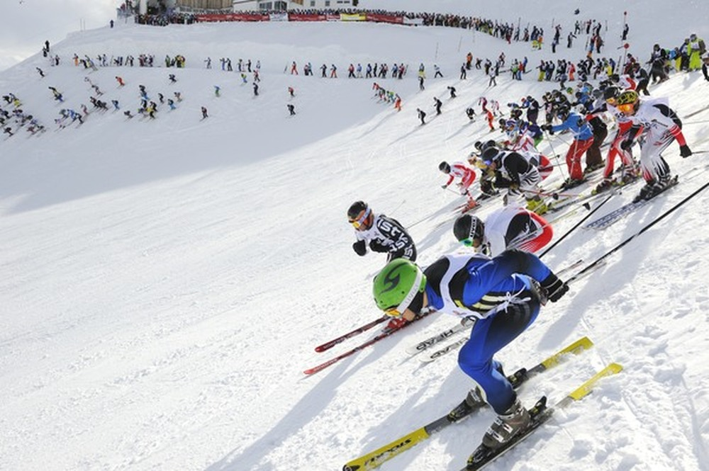 Mass start at the White Thrill race on top of Valluga Mountain. - ©TVB St. Anton am Arlberg/Josef Mallaun