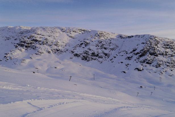 Tief verschneite Berge in Roldal (NOR) - ©Røldal Skisenter