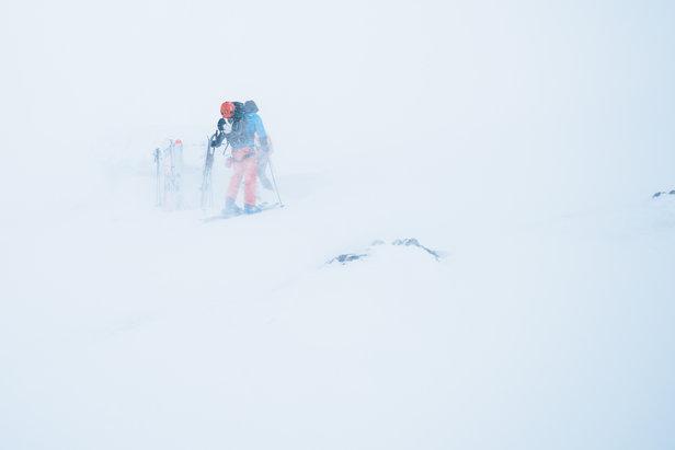 Sindre er på vei inn i nødhytten, som fremdeles er vanskelig å se selv om fotografen står kun 20 meter unna. Det kan være et kjærkomment syn om man er ute for dårlig vær.  - ©Tor Berge - Norexplore