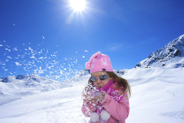 Mädchen im Schnee in Serfaus-Fiss-Ladis