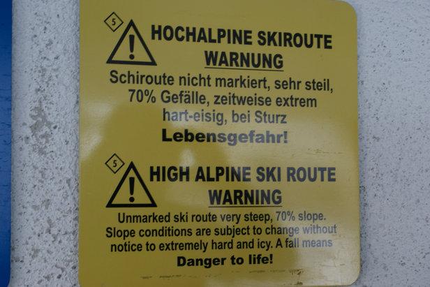 Tablica ostrzegawcza przy kolejce linowej wiodącej do trasy freeridowej w źlebie Hafelekarrinne. - ©Gernot Schweigkofler