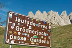 In Gröden und im Gadertal wird neben deutsch auch italienisch und ladinisch gesprochen. Dreisprachige Straßenschilder zeugen von der Sprachenvielfalt