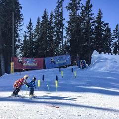 Pohľad na detskú zónu Kinder Kaiserland, kde sa deti učia lyžovať - ©Claudia Boettcher