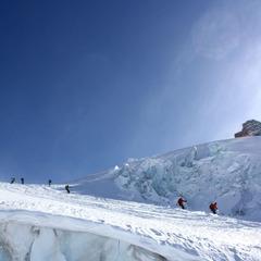 Der Weg führt durch die Eismassen des Schwärzegletschers - ©Skiinfo.de/Sebastian Lindemeyer
