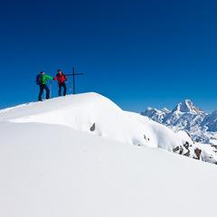 Zwei Bergsteiger geben sich am Gipfel die Hand, Skitour Torrenthorn, Leukerbad, Wallis, Schweiz - ©Iris Kürschner/powerpress.ch