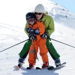 Ski de piste en famille, l'un des nombreux bonheur qu'offre la Haute Maurienne Vanoise - ©Pascal Lebeau