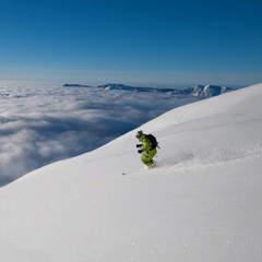Ski au dessus de la mer de nuages sur le domaine skiable de La Clusaz - ©OT La Clusaz / Massif des Aravis