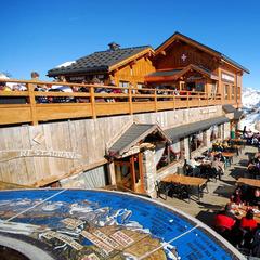 La terrasse des Pierres Plates (à Meribel) offre une vue plongeante sur tout le domaine des 3 Vallées - ©Les Pierres Plates