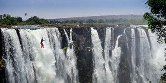 Lukas Irmler und Reinhard Kleindl: Slacklining an den Victoria Falls - © www.jacquesmarais.co.za