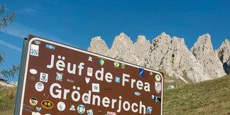 In Gröden und im Gadertal wird neben deutsch auch italienisch und ladinisch gesprochen. Dreisprachige Straßenschilder zeugen von der Sprachenvielfalt - ©Südtirol Marketing/Helmuth Rier