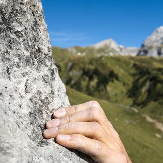 Auch Kletterfreunde finden in den schroffen Felsen rund um Lech weite Betätigungsfelder - ©Lech Zürs Tourismus | Hanno Mackowitz