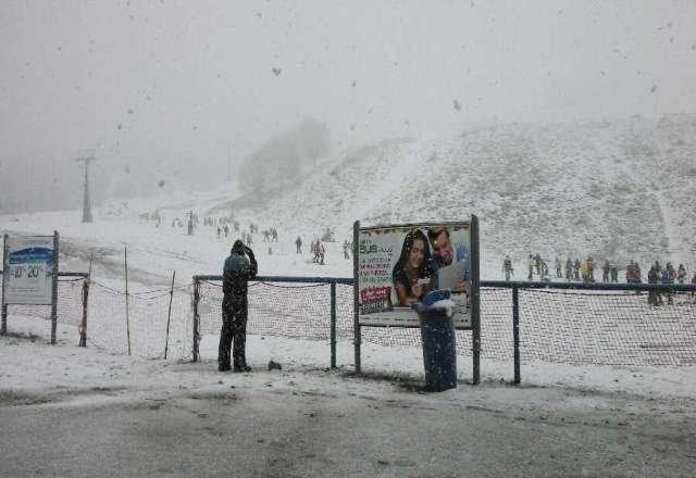 Est? nevando a full en el Cerro Catedral, ma?ana se pone a pkeno el Snowboard !!!