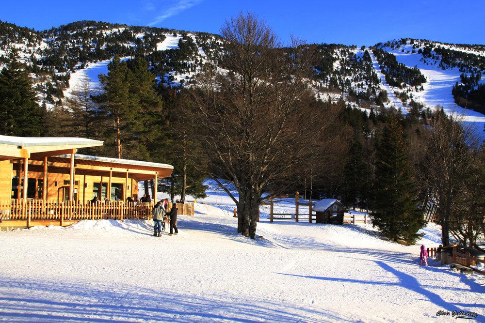 Petite pause pour observer le magnifique paysage depuis les pistes de Lans en Vercors - © Montagne de Lans