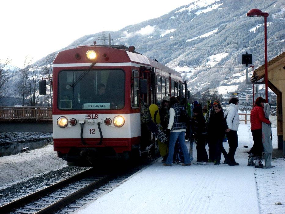 Mit der Bahn direkt zur Bergbahn in Zell am See - © Pinzgauer Lokalbahn