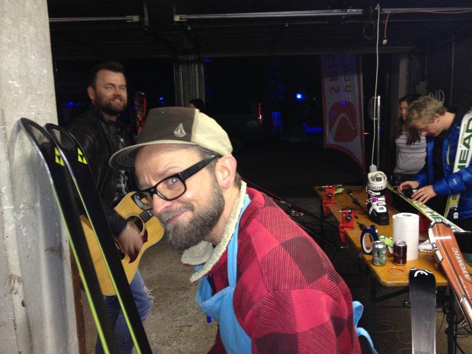 Kåre passer skikælderen med hård hånd og livemusik - © Jeppe Hansen