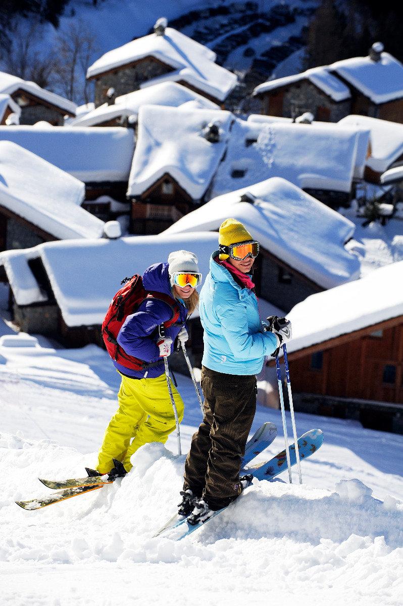"""Sainte Foy, une station """"skis aux pieds""""... Ici on déchausse les skis uniquement au pied des chalets/résidences. - © P. ROYER / OT de Sainte Foy Tarentaise"""