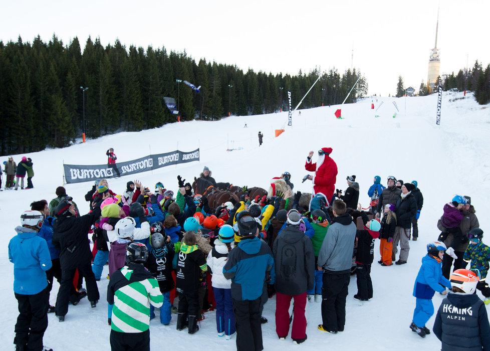 Julenissen var også innom og hadde byttet ut reinsdyra med hest og luene føk vilt blant barna