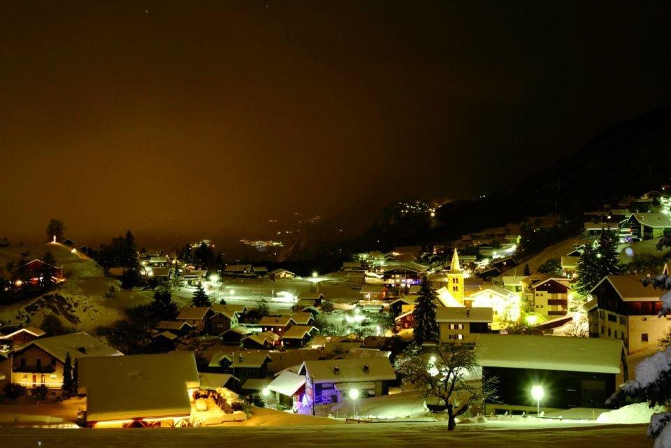 Ambiance nocturne sur le village de Nax - © Mont-Noble Tourisme