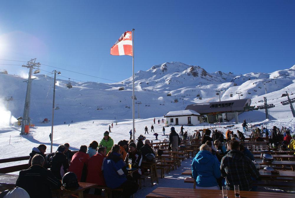 Die Alpe Trida bietet nicht nur tolles Skivergnügen, sondern auch genügend Platz zum Sonnenbaden und sich kulinarisch verwöhnen zu lassen - © Gernot Schweigkofler