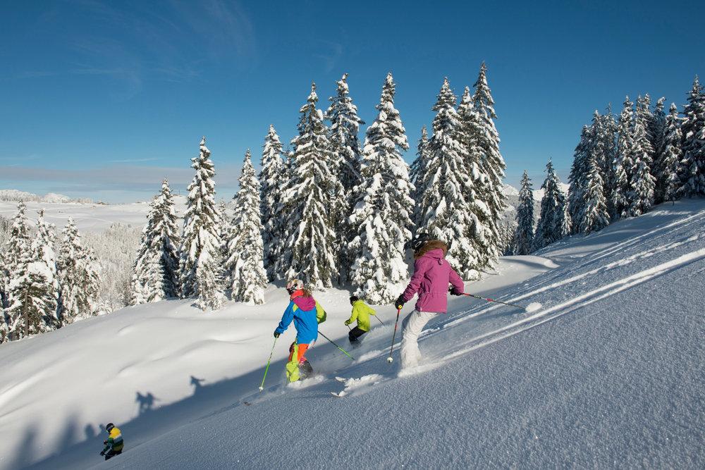 Neige fraîche et soleil... encore une belle journée en perspective sur le domaine skiable du Grand Bornand... - © P. LEBEAU / Massif des Aravis