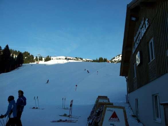 sehr wenig schnee für damüls. sie versuchen alles um trotzdem das Skigebiet am laufen zu halten.