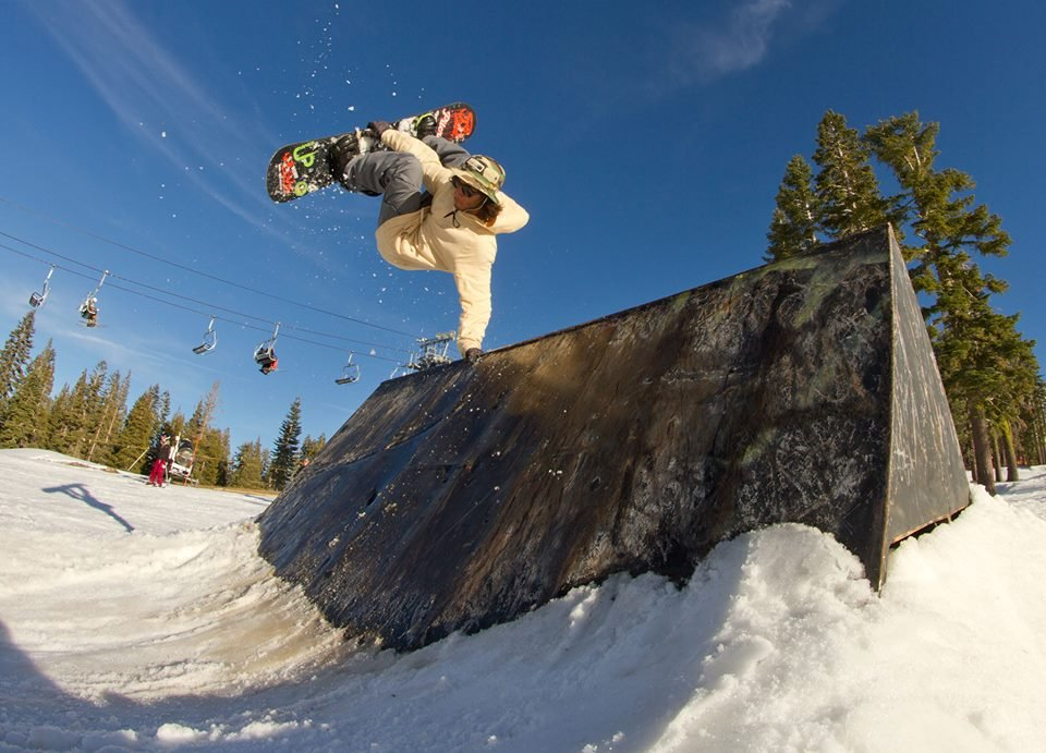 Skiers and riders taking advantage of early season at Boreal. R: Armeen Pirooz - © Colin Clarke