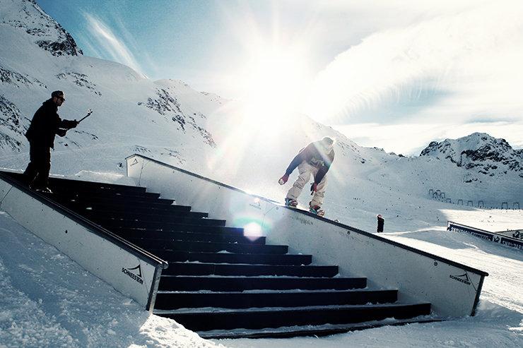 Snowpark Kaunertal: Staircase mit Downrail und Doublekinked-Rail down-flat-down (Specials) - © Stefan Drexl