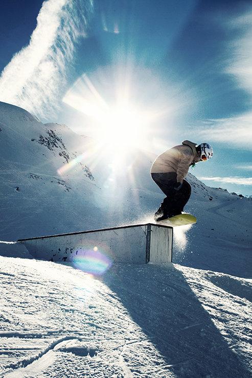 Snowpark Kaunertal: Geradewegs über die Straight Box - © Stefan Drexl