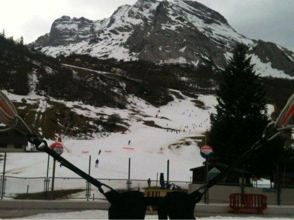 Plus beaucoup de neige mais il neige demain et après demain.passer me voir au trampoline.