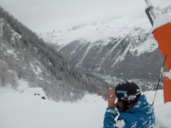 Friday 17th January AM: Fresh powder fall overnight. Big fat snowflakes. Deep powder at the top of Les Grand Montets. Saturday 18th: overcast with a similar fohn type wind, suggesting more snowfall this evening.