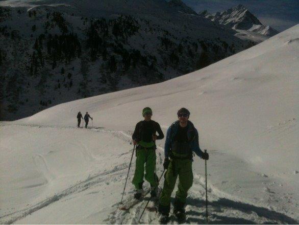 Samstag Skitour bei besten Bedingungen. Sonntag Skigebiet bei Schnee und Nebel. Pisten in sehr gutem Zustand. Für Abseitsfahren ohne Kratzer im Belag könnten noch ein paar Zentimeter drauf kommen.