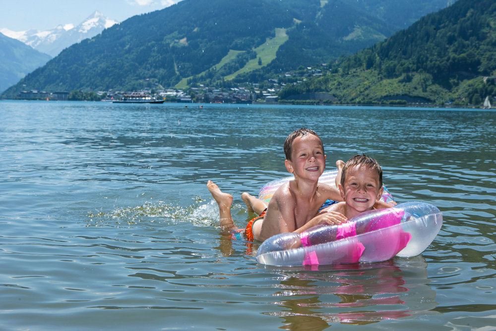 Kids go for a splash in the Zeller See in Kaprun - © Zell am See-Kaprun Tourismus/Nikolaus Faistauer