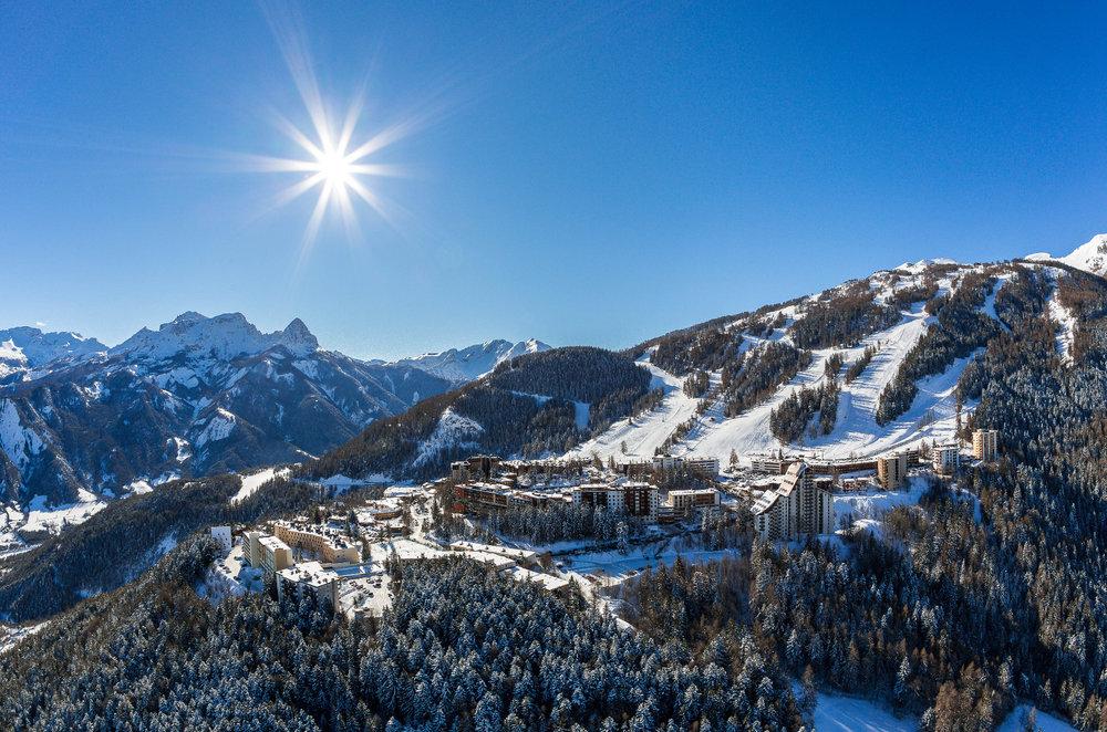 Vue sur Praloup et le bas de son domaine skiable - © Bertrand Bodin / OT de Praloup