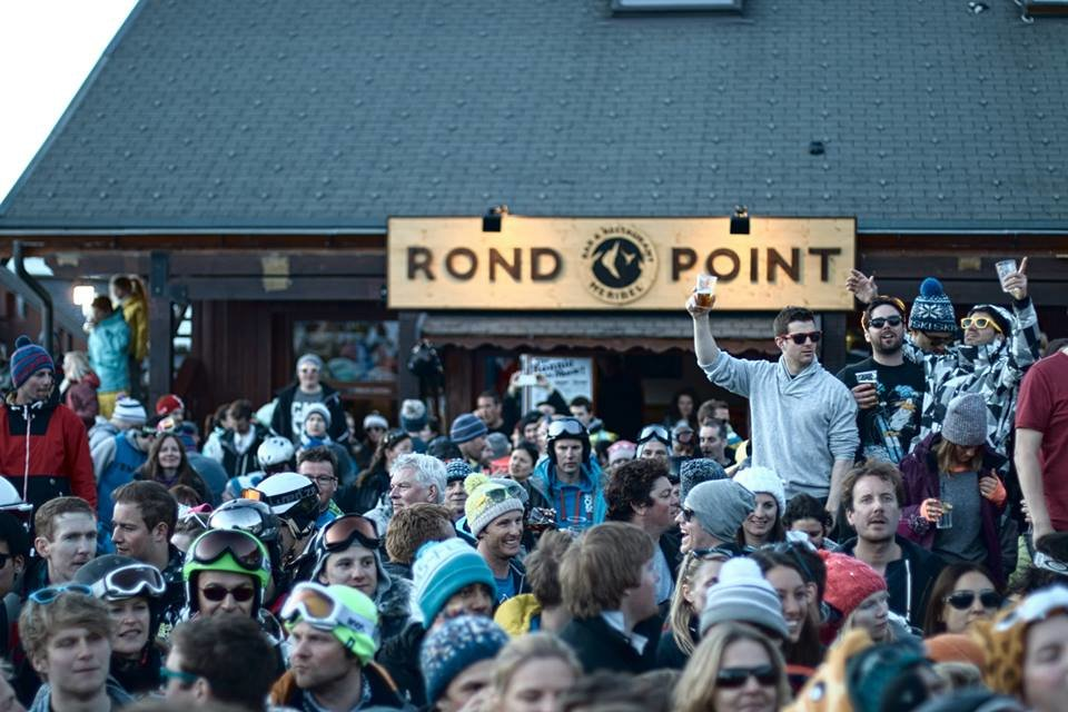 Folk samler seg på terrassen på Rond Point i Meribel. - © Rond Point