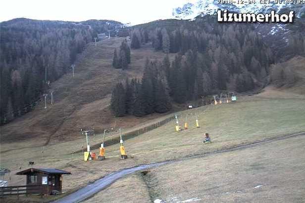 Kein Schnee: Das Skigebiet Axamer Lizum am 4.12.2014 - © Axamer Lizum