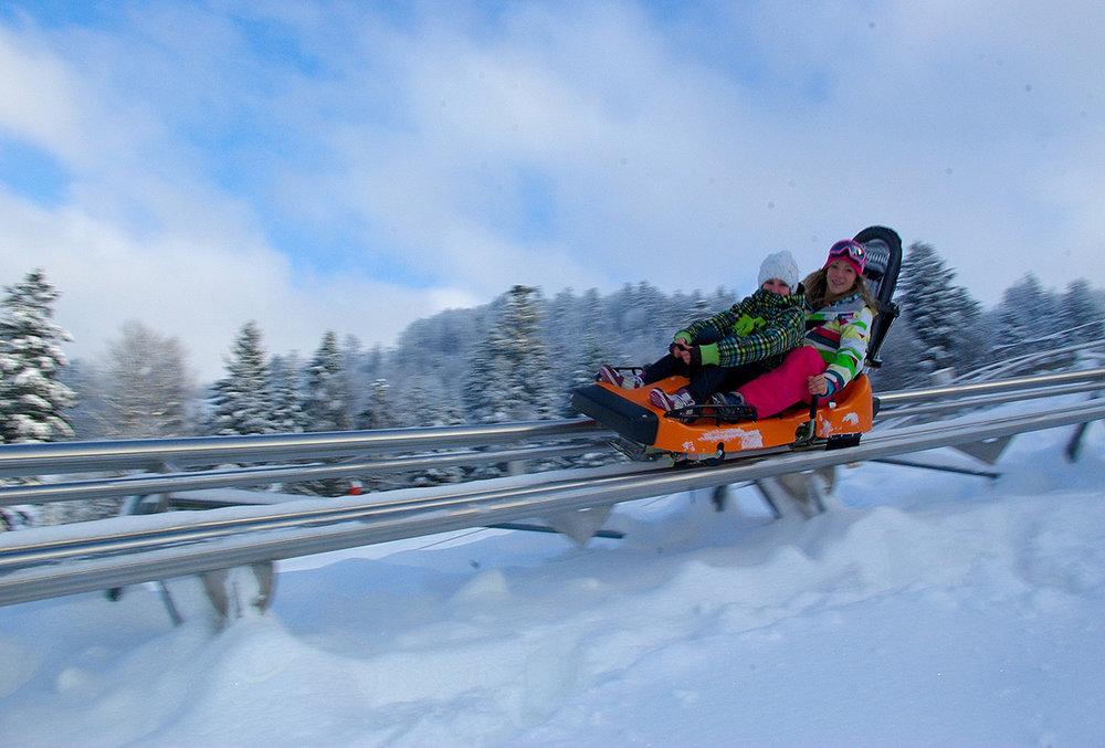 Montée sur rails, la luge Schlitte Mountain dévale sur une boucle de 900 mètres avec virages relevés et vrilles, en toute sécurité. - © D. Perrin / OT La Bresse